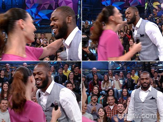 Jon Jones ganha um beijo de Laura Muller durante o Altas Horas (Foto: TV Globo/Altas Horas)