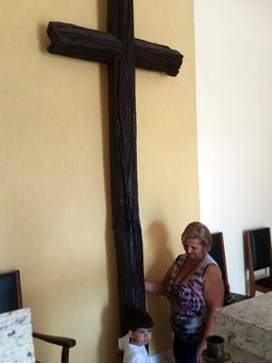 Elisabeth ajoelhada na Capela da Faxina, onde pediu por milagre de Padre Victor (Foto: Régis Melo / G1)
