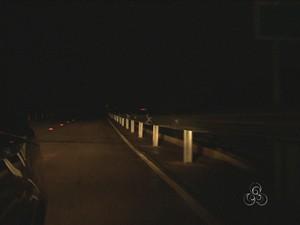 Ponte continua sem iluminação (Foto: TV Rondônia/Reprodução)
