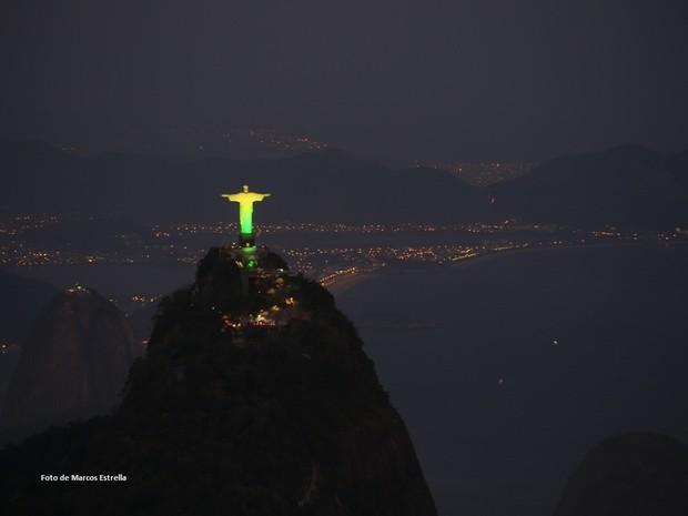Cristo Redentor colorido, visto do alto do Sumaré (Foto: Marcos Estrella / Globo)