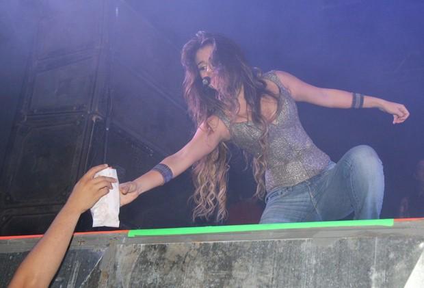 Paula Fernandes se estica para pegar saquinho (Foto: Wesley Costa/Ag News)