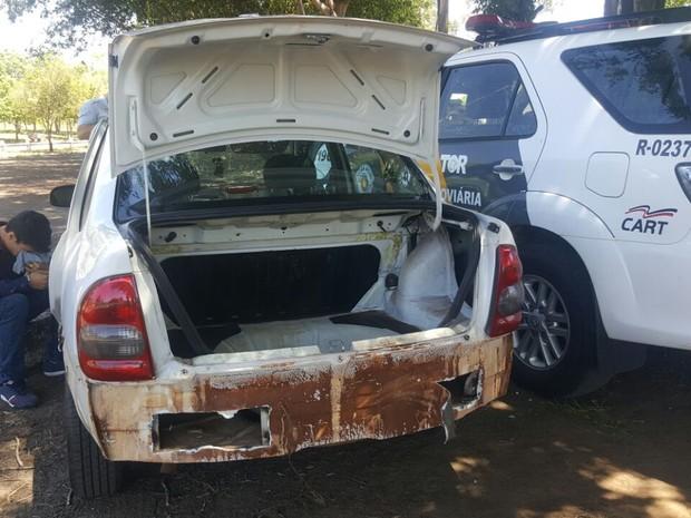 Material apreendido estava em compartimento falso no carro (Foto: Polícia Rodoviária/Divulgação)