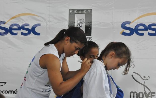 Judocas do Tocantins aproveitaram para pedir autógrafos da campeã, Sarah Menezes (Foto: Ascom/SescTO)