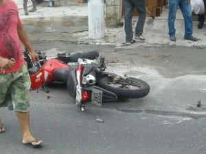 Motocicleta foi abandonada no local por suspeitos, diz polícia (Foto: Arquivo Pessoal)