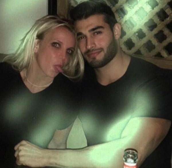 A cantora Britney Spears com o novo namorado (Foto: Instagram)