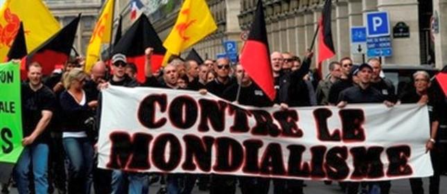 Membros da extrema-direita francesa protestam em Paris contra as políticas de imigração (Foto: Gonzalo Fuentes / Reuters)