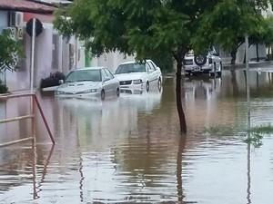 Várias ruas do Conjunto Santa Lúcia ficaram alagadas (Foto: Felipe Martins/GLOBOESPORTE.COM)