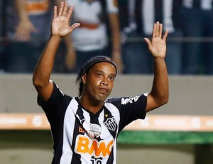 Ronaldinho Gaúcho gol jogo Atlético-MG contra Nacional-PAR (Foto: Reuters)