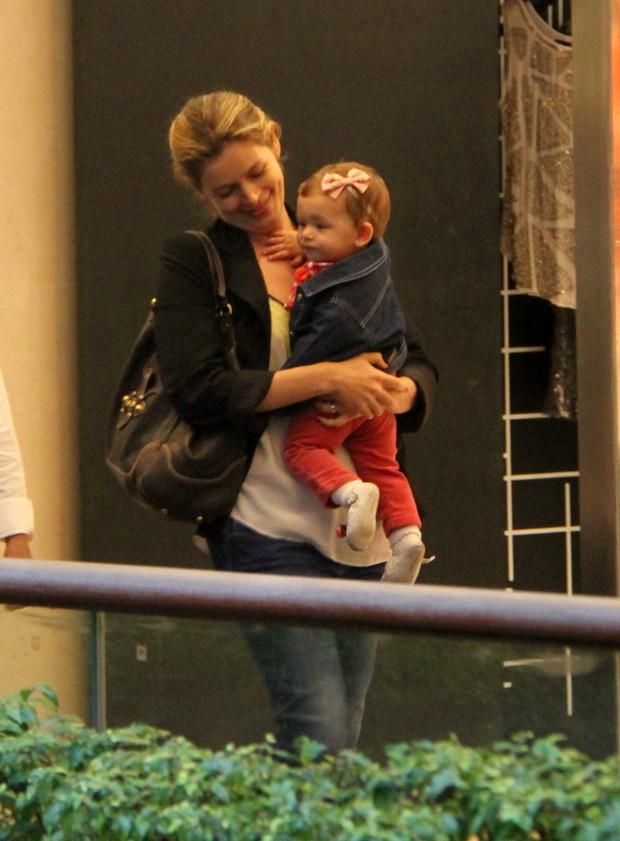 Bianca Castanho com a filha em shopping do Rio (Foto: Daniel Delmiro / AgNews)