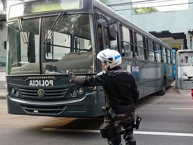 Ônibus deixaram presídio em Niterói, vazios, por volta das 16h20 (Foto: Rodrigo Monteiro / G1)