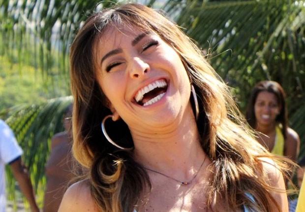 Sabrina Sato cai na risada durante gravação (Foto: Jessica Leone/R&b/Divulgação)