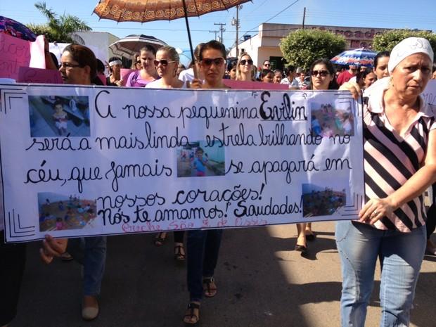 Faixas e cartazes foram exibidos durante passeata (Foto: Eliete Marques/G1)