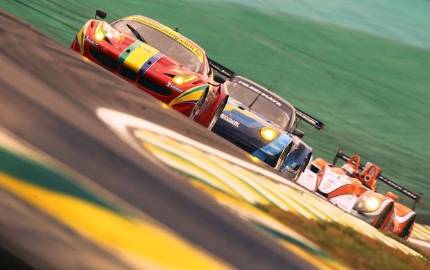 Enrique Bernoldi guia a Ferrari da equipe AF Corse na classe LMGTE Am do Mundial de Endurance, WEC, em Interlagos (Foto: Luca Bassani / divulgação)