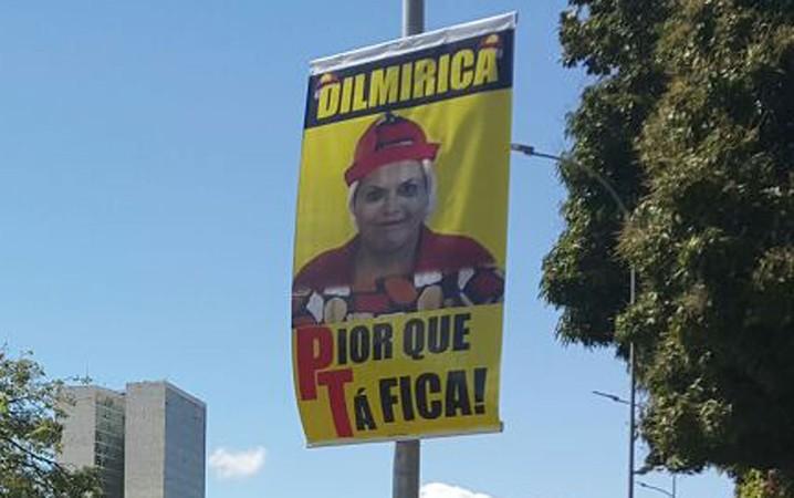Cartaz de protesto contra a presidente Dilma Rousseff, em Brasília