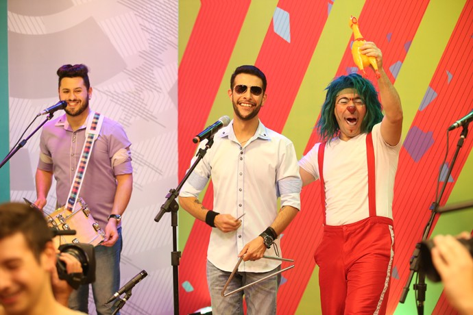 Pitufim também fez brincadeiras com a banda Forró Maneiro (Foto: Luiz Renato Correa/RPC)