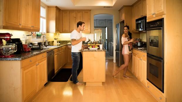 Mayra Cardi posa com o marido, Greto Guariz, na cozinha, seu cantinho preferido da casa (Foto: Luan Assis/Divulgação)