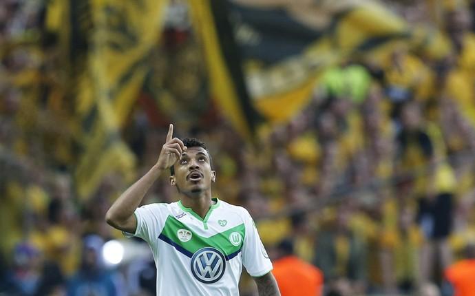 Luiz Gustavo celebra gol pelo Wolfsburg (Foto: Fabrizio Bensch/ Reuters)