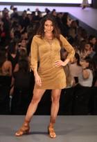 Carol Castro deixa pernas à mostra em desfile de moda