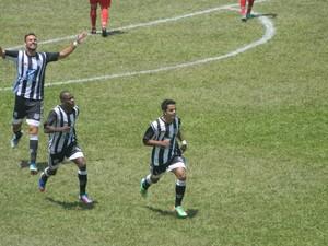 Wallan(frente), comemora um dos gols marcados (Foto: Kaleo Martins / Globoesporte.com)