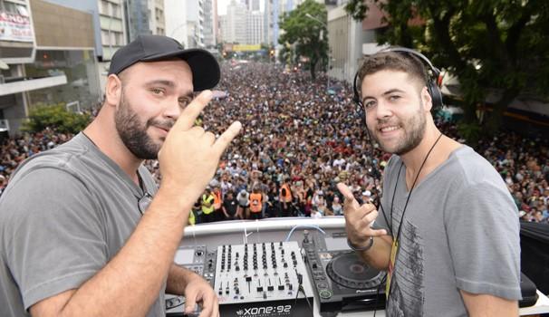 A dupla Dashdot veio de São Paulo para levantar a galera de Curitiba (Foto: Reprodução/ RPC)