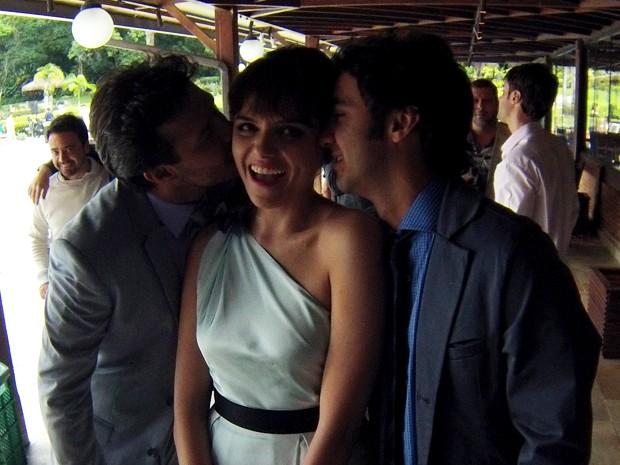Monica Iozzi ganha beijo duplo dos atores Nando Rodrigues e Gabriel Godoy (Foto: Gshow)