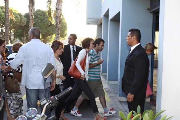 Familias chegam na cremação de José Wilker (Foto: Wagner Santos / FOTO RIO NEWS)