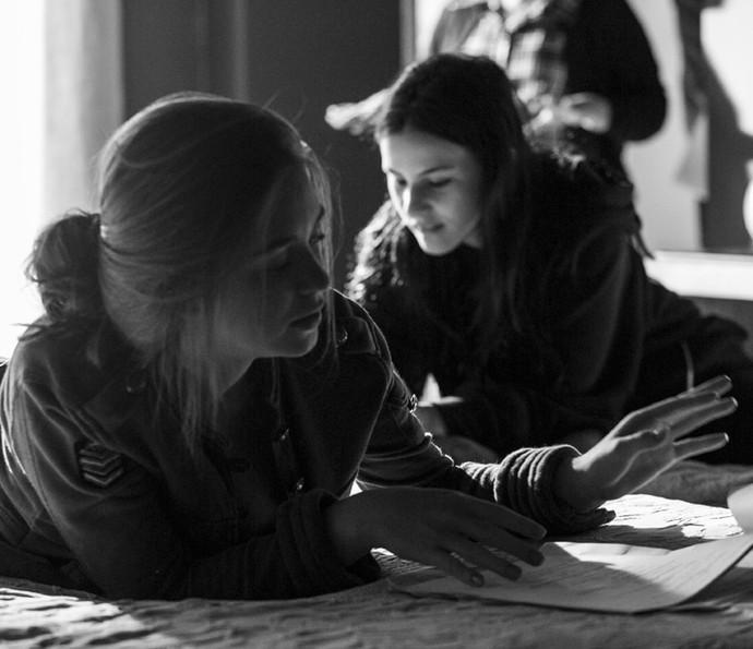 Marina Ruy Barbosa e Giovanna Rispoli concentradas no texto (Foto: Raphael Dias/Gshow)