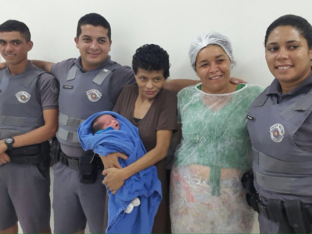 Policiais com o bebê Gabriel, Maria Edna e Josefa (Foto: Arquivo Pessoal)