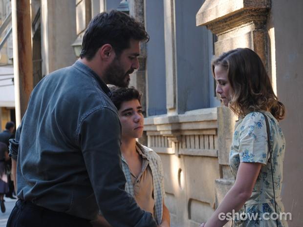 Toni e Peteleco consolam Hilda após notícia sobre estado grave de Ernest (Foto: Joia Rara/TV Globo)