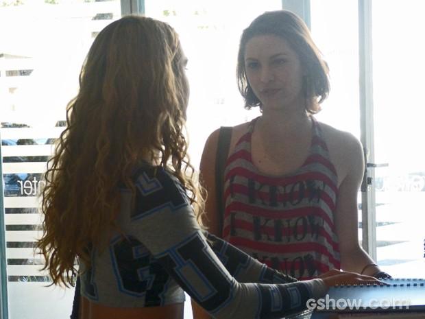 Micaela pede conselhos a Meg  (Foto: Malhação / TV Globo)