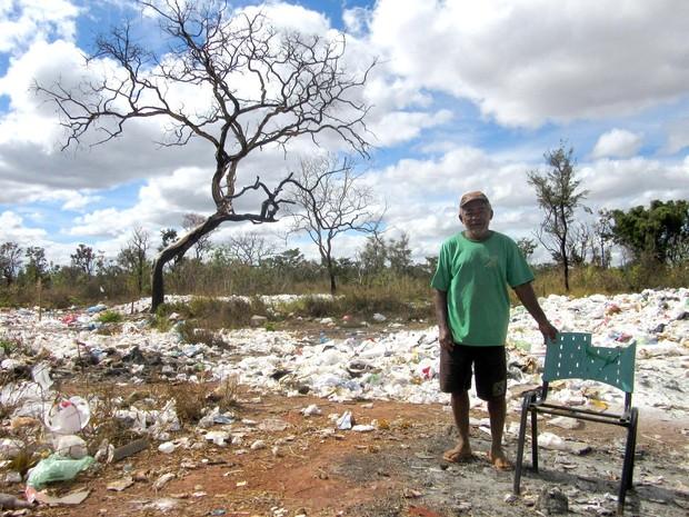 O catador Emílio Silva mora com 19 famílias em um lixão localiado a 1,5 km do Palácio do Jaburu, em Brasília. (Foto: Alexandre Bastos/G1)
