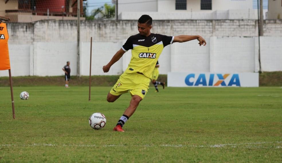 Erivélton ficou fora contra o Boa Esporte e deve retornar contra o Guarani (Foto: Andrei Torres/ABC)