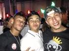 Neymar curte festa com amigos e posta foto com 'chifrinho'