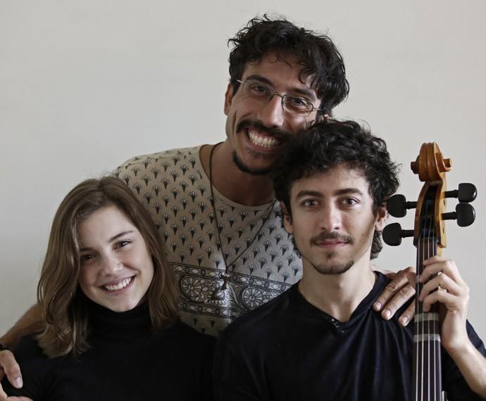 Os atores registram o momento com o professor de violoncelo, Saulo  (Foto: Gabriel Nascimento/Gshow)