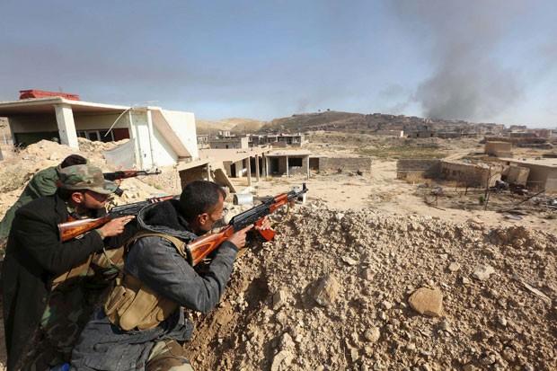 Combatentes curdos são vistos durante combate em Sinjar nesta quinta-feira (12) (Foto: Ari Jalal/Reuters)