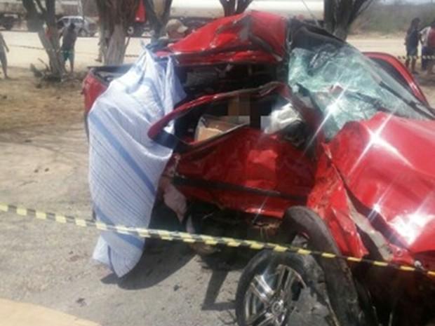 Dois ocupantes do carro morreram no local do acidente, em Sertânia (Foto: Divulgação/PRF)