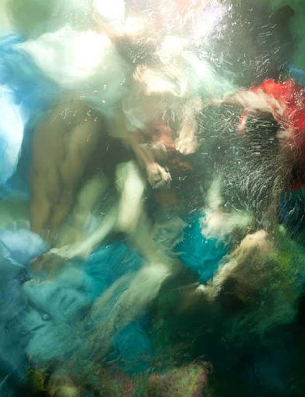 """Antes da sessão de fotos, ela testa vários tipos de tecidos para ver qual tem o melhor movimento na água. """"Sinto como se estivesse pintando com esses tecidos"""", conta (Foto: Christy Lee Rogers )"""