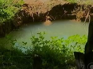 Buraco com água acumulada que pode servir como criadouros do mosquito (Foto: Reprodução/ TV Grande Rio)