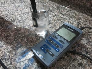 Aparelho mede a qualidade da água (Foto: Mariane Rossi/G1)
