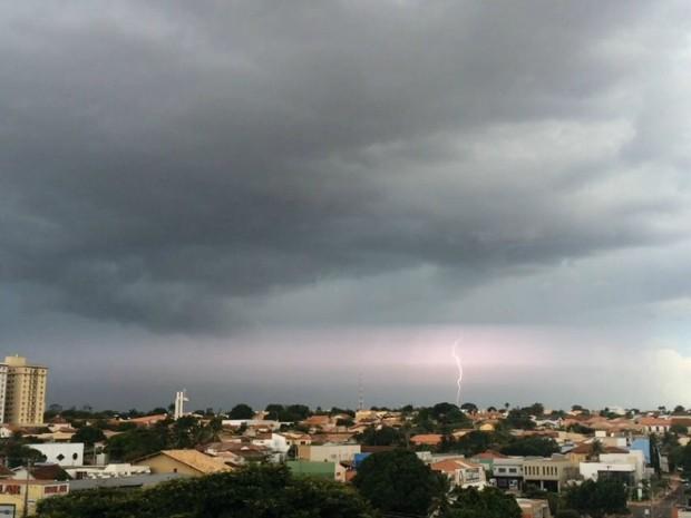 Raio no céu em Campo Grande na tarde deste domingo (4) (Foto: Maria Caroline Palieraqui/G1 MS)