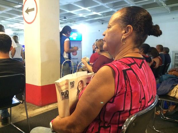 A cuidadora Sonia Maria Pereira, de 62 anos, disse estar há meses tentando contato com empresa de telefonia para resolver uma pendência de sua mãe (Foto: Cristiane Caoli / G1)