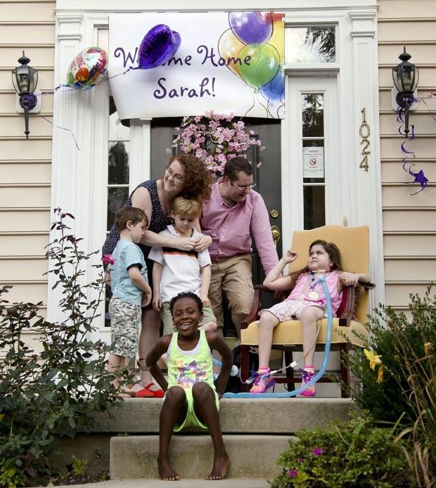 Família recebe Sarah, de 10 anos, em casa após longa internação. (Foto: AP Photo/Matt Rourke)