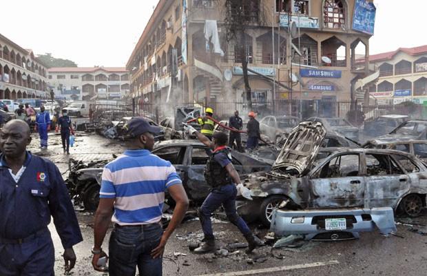 Equipes de resgate trabalham no local do ataque, em Abuja (Foto: Gbemiga Olamikan/AP)