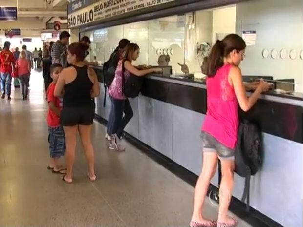 Passagens com o uso da carterinha do passe livre são pouco procuradas dos guichês das empresas de ônibus (Foto: Reprodução/TV TEM)