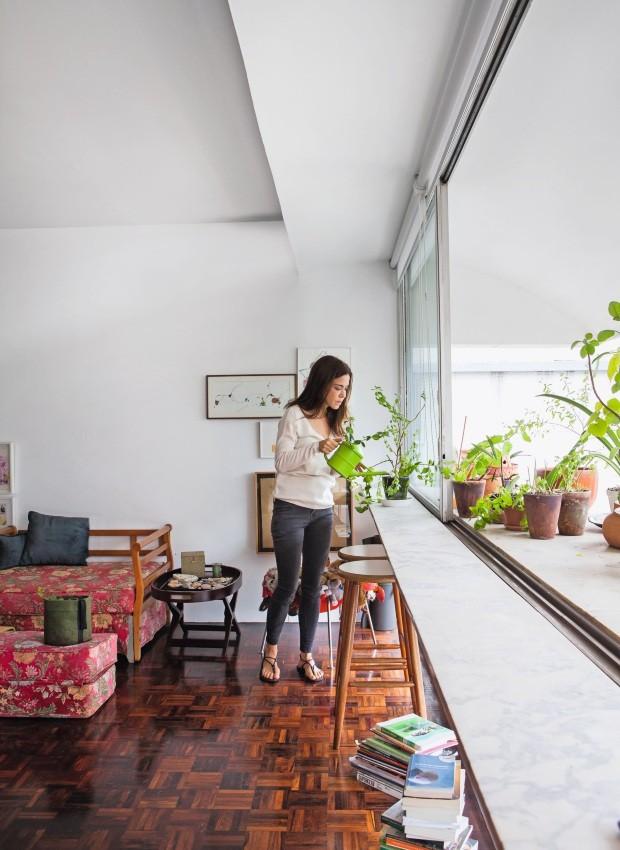 Isabella Prata na sala de seu apartamento no Guaimbê (Foto: Lufe Gomes / Editora Globo)