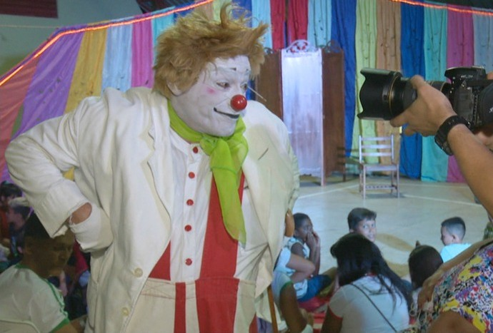 Luiz Carlos Vasconcelos apresentou o espetáculo 'Silêncio Total, Vem Chegando Um Palhaço' (Foto: Reprodução/Rede Amazônica Acre)