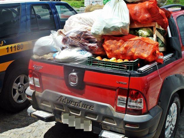 Produtos alimentícios transportados irregularmente na BR-235 (Foto: Divulgação/PRF-SE)