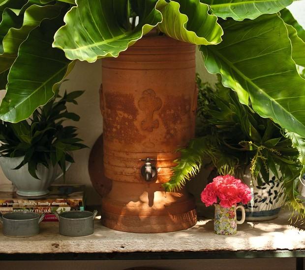 Sabe aquele  filtro de barro, muito comum em casinhas do interior? Ele é perfeito para segurar as plantas maiores e mais pesadas e dar um tchan na decoração do seu jardim! Para um efeito descontraído, organize pequenos vasinhos com flores coloridas em vol (Foto: Ricardo Corrêa/Editora Globo)
