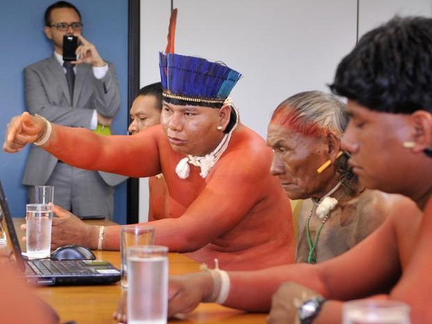 Índios xavantes durante encontro com membros da Comissão da Verdade (Foto: Antonio Cruz / Agência Brasil)