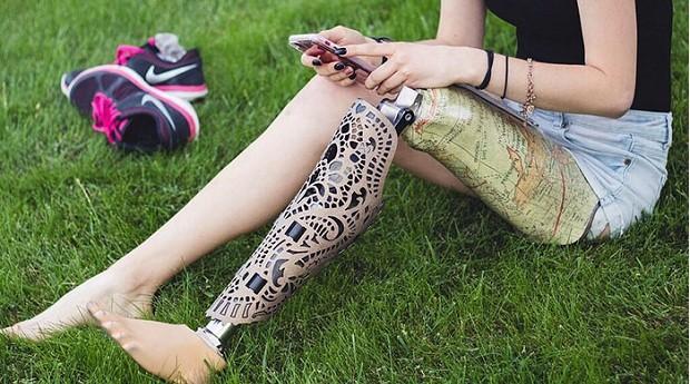 capas próteses perna (Foto: Divulgação/Alleles Design)